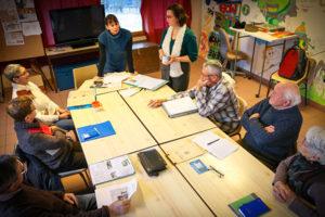 éditrice et auteurs en atelier de conception éditoriale participatif